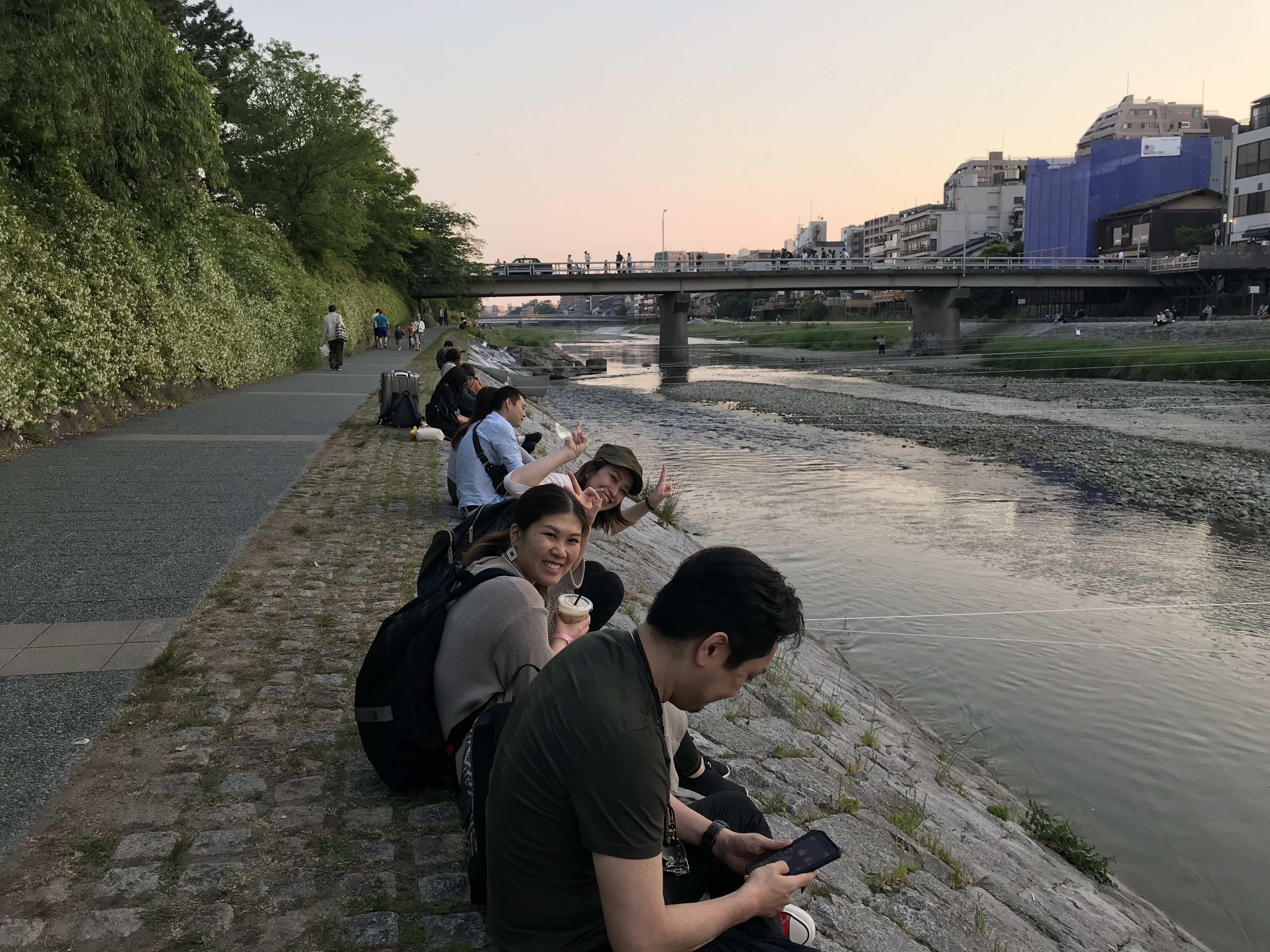 京都ワークショップの帰り、鴨川でくつろぐ講師