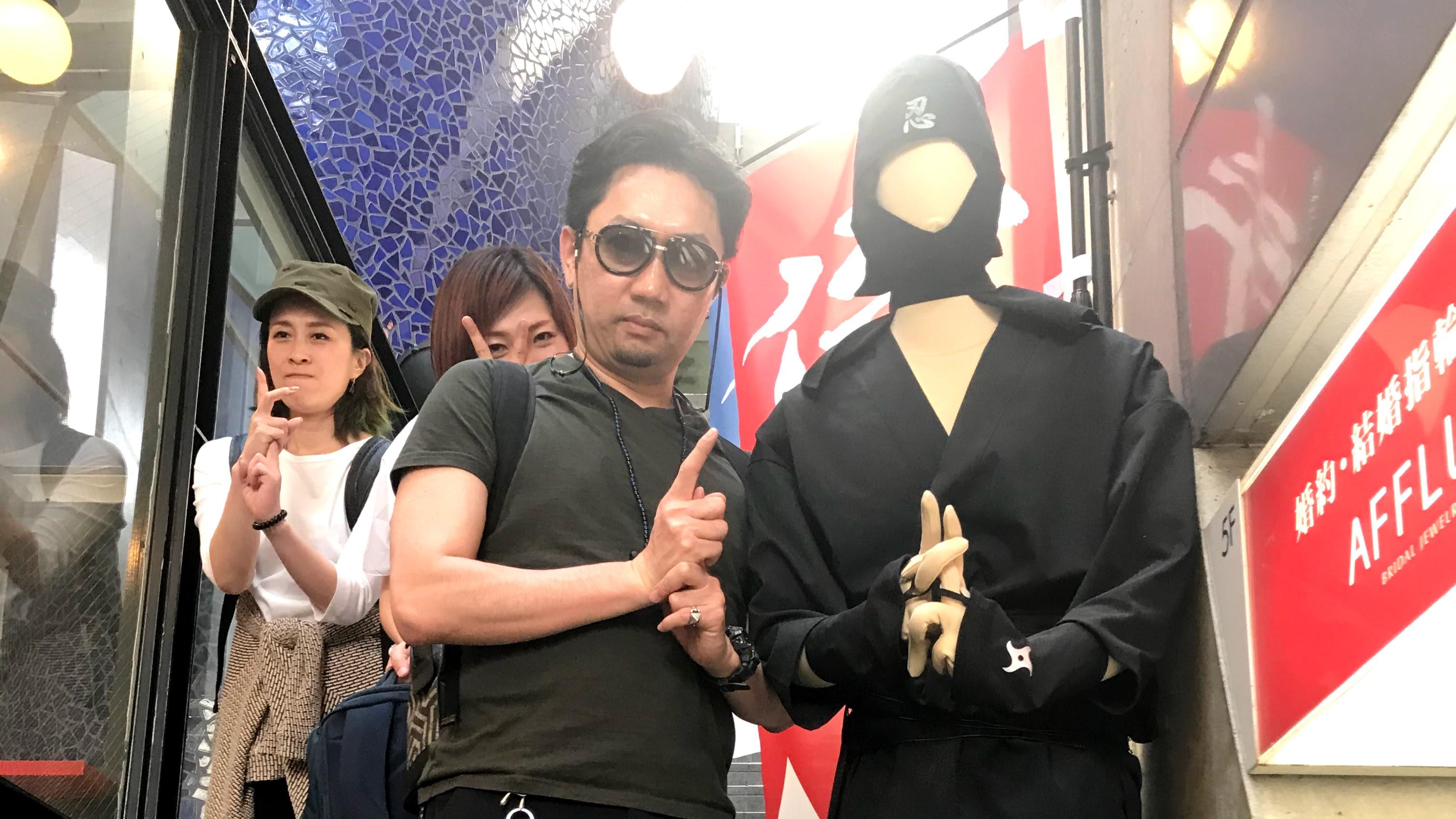 フェイスゴスペル京都スタジオ階段で忍者と一緒に写真をとる