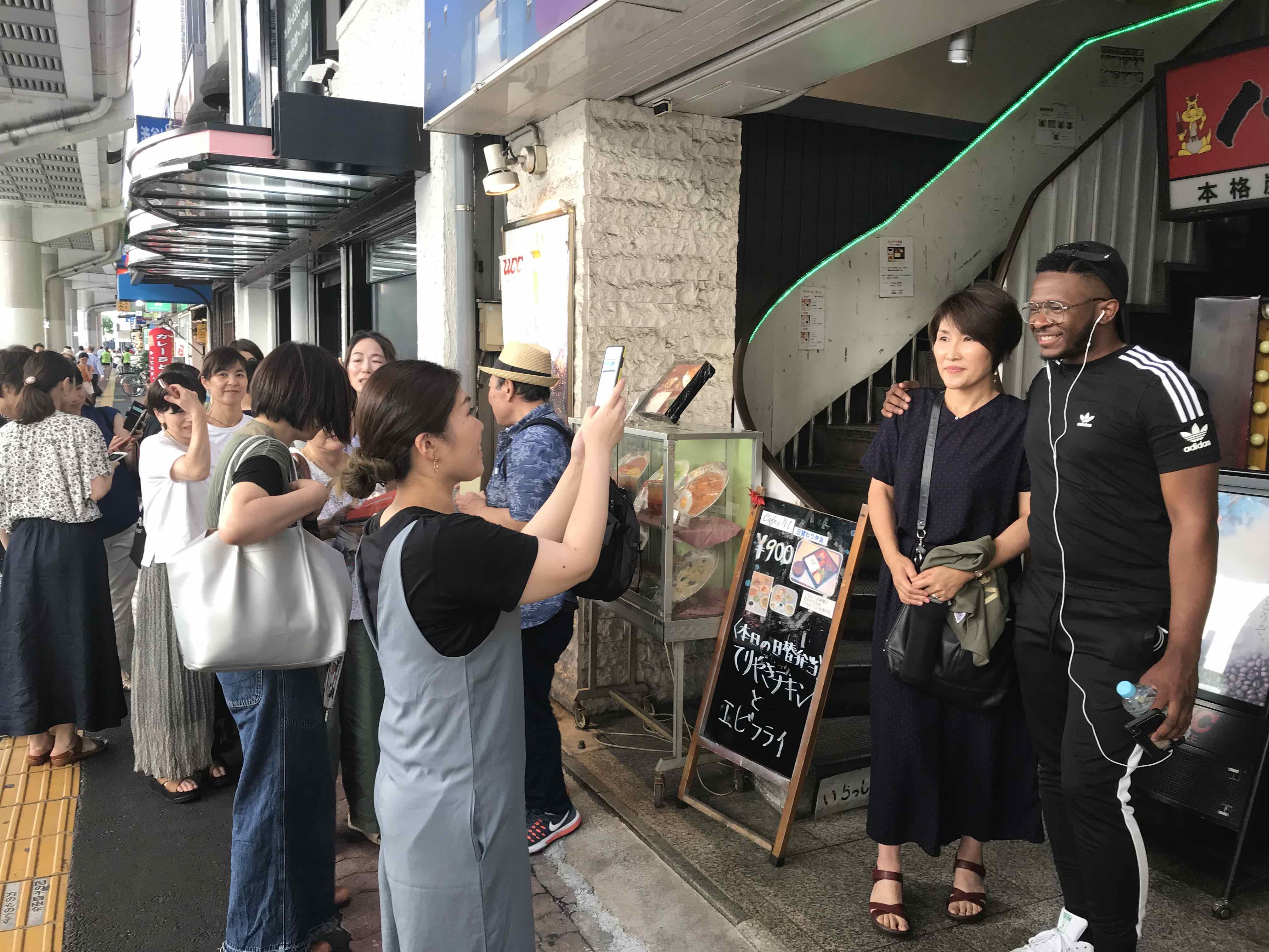 難波なんばで行われたビンセントさんのゴスペルワークショップ後、外で参加者と写真をとるビンセントさんの様子